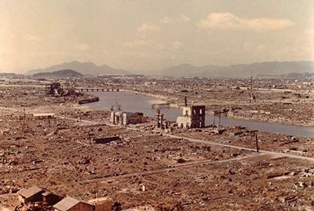 Le centre-ville d'Hiroshima quatre semaines après le lancement de la bombe atomique le 6 août 1945 © BPK, Berlin, Dist. RMN-Grand Palais