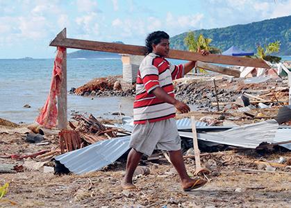 Octobre 2009, une victime nettoie une plage de l'île Upolu suite au tsunami qui a touché Samoa, les Samoa américaines et le nord des îles Tonga. 176victimes sont à déplorer dont 135 àSamoa. ©Liu Jieqiu/Xinhua Press/Corbis
