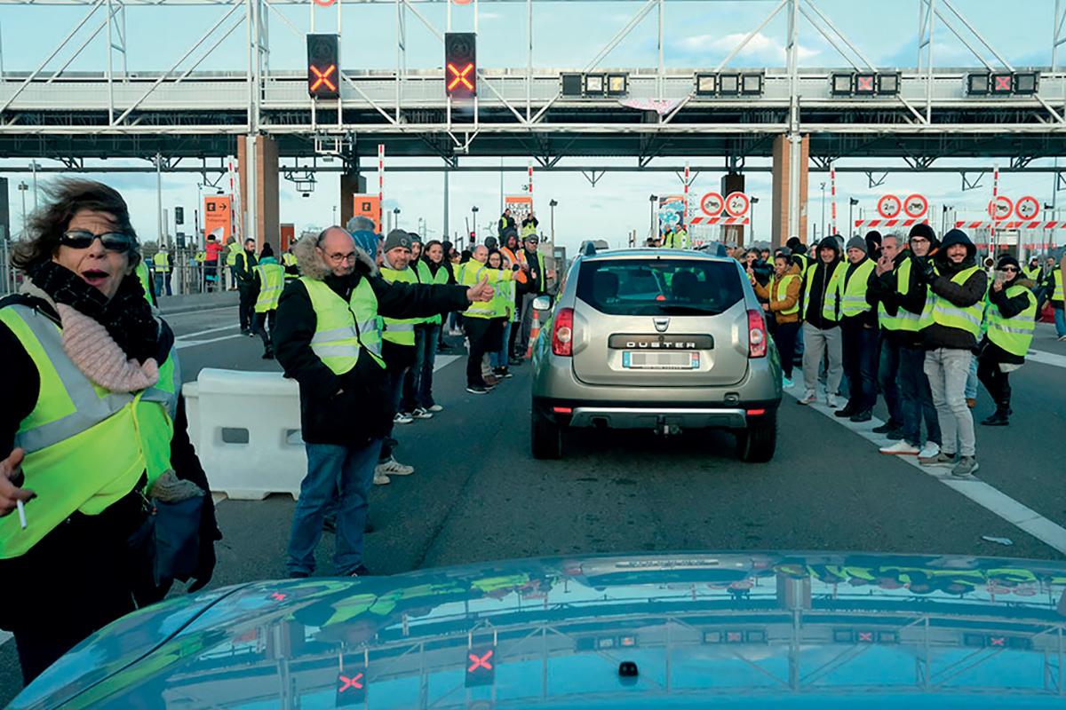 Au péage autoroutier de Muret (Haute-Garonne), le18novembre 2018, des Gilets jaunes ont mis en place un barrage filtrant et laissent passer lesautomobilistes gratuitement. © Duffour / Andia.fr