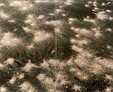 Sophie Ristelhueber, double-page extraite du livre Fait: Koweit 1991, Éditions Hazan, 1992. Œuvre tirée de l'exposition «Dust, Histoires de poussière d'après Man Ray et Marcel Duchamp», visible du 16octobre 2015 au 17janvier 2016 au BAL, Paris (le-
