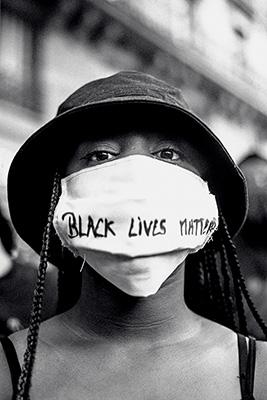 Manifestante au rassemblement contre le racisme et les violences policières du 13juin 2020, à Paris ©Édouard Richard/ Hans Lucas