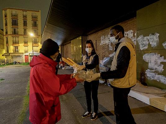 Bénévoles du Secours islamique France lors d'une maraude en Seine-Saint-Denis, 17 mars 2020 ©Herve Lequeux/ hanslucas.com