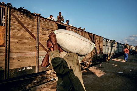 Peu avant la frontière éthiopienne, le train s'arrête le temps de décharger quelques sacs d'approvisionnement alimentaire provenant de Djibouti. Grâce à la ligne de chemin de fer, ces provisions arrivées par bateau de divers pays voisins parviennent aux