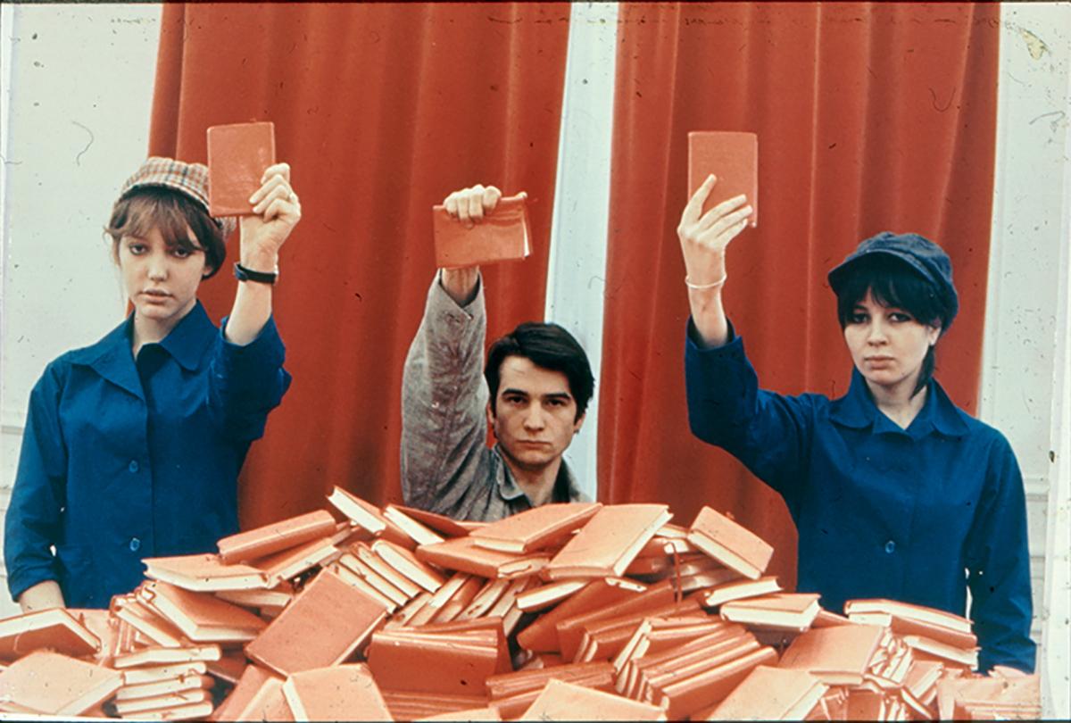 Jean-Pierre Léaud etAnneWiazemsky brandissent Le Petit Livre rouge de Mao, dans LaChinoise de Jean-Luc Godard, en 1967 ©Collection Kharbine-Tapabor