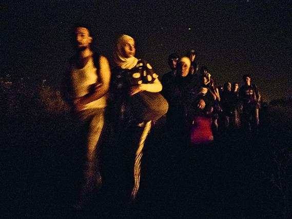 SERBIE. Horgos, 12 août 2015. Des familles syriennes marchent de nuit vers la frontière hongroise pour tenter de la traverser. © Jérôme Sessini/Magnum Photos