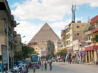 La Grande Pyramide vue d'une rue de Gizeh, une banlieue résidentielle du Caire © Michael Melford/National Geographic Society/Corbis