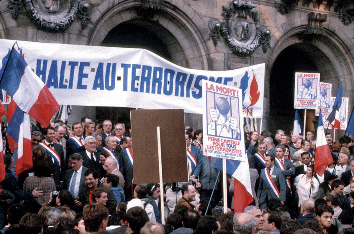 Jean-Marie Le Pen, place de l'Opéra à Paris, lorsd'une manifestation de son parti interdite par la préfecture de police, le 23 septembre 1986 ©Rue des Archives/ AGIP